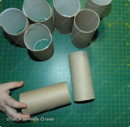Здравствуйте. Хочу рассказать об одном всем доступном материале - рулонах от туалетной бумаги. А именно как можно использовать сам материал, из которого скручены рулоны. Картон этот толще бумаги, но тоньше обычного картона, а значит пластичнее.  На фото ручонка моей младшей помощницы. фото 1