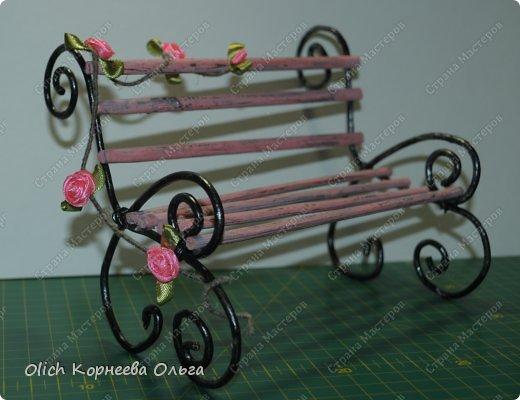 """Здравствуйте. Сегодня расскажу как сделать скамейку для кукол. Хотя ее можно поставить на полке для украшения. Скамейка винтажная, с """"чугунными"""" ножками и перилами. Спинка и сиденье деревянные, потертые, стиль Шебби шик. На скамейке плетистая роза. фото 18"""