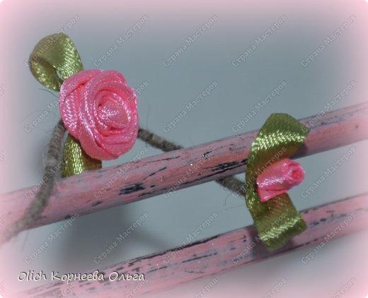 """Здравствуйте. Сегодня расскажу как сделать скамейку для кукол. Хотя ее можно поставить на полке для украшения. Скамейка винтажная, с """"чугунными"""" ножками и перилами. Спинка и сиденье деревянные, потертые, стиль Шебби шик. На скамейке плетистая роза. фото 7"""