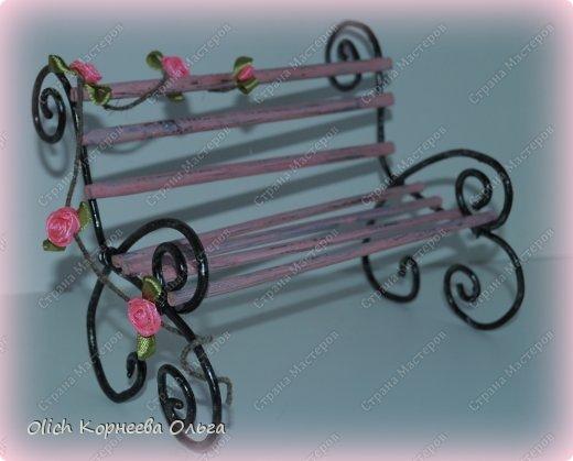 """Здравствуйте. Сегодня расскажу как сделать скамейку для кукол. Хотя ее можно поставить на полке для украшения. Скамейка винтажная, с """"чугунными"""" ножками и перилами. Спинка и сиденье деревянные, потертые, стиль Шебби шик. На скамейке плетистая роза. фото 1"""