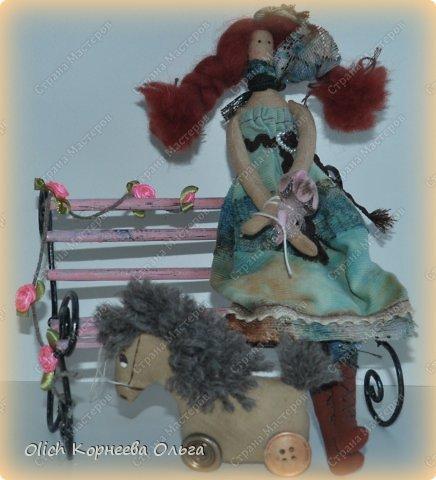 """Здравствуйте. Сегодня расскажу как сделать скамейку для кукол. Хотя ее можно поставить на полке для украшения. Скамейка винтажная, с """"чугунными"""" ножками и перилами. Спинка и сиденье деревянные, потертые, стиль Шебби шик. На скамейке плетистая роза. фото 3"""