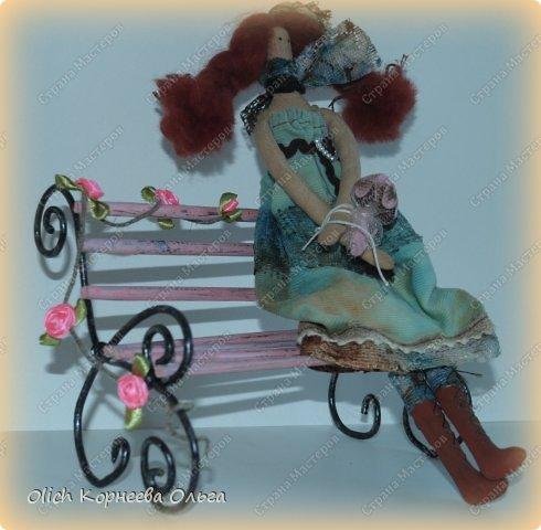 """Здравствуйте. Сегодня расскажу как сделать скамейку для кукол. Хотя ее можно поставить на полке для украшения. Скамейка винтажная, с """"чугунными"""" ножками и перилами. Спинка и сиденье деревянные, потертые, стиль Шебби шик. На скамейке плетистая роза. фото 2"""