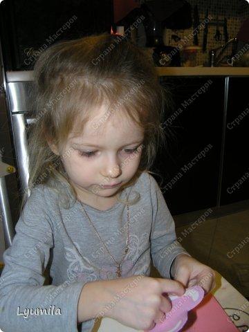 Добрый день! Мы с Лидочкой (моей дочерью 4,5 лет) продолжаем скрапить, вернее занимаемся кардмейкингом, т.е. делаем открытки. Скоро праздник и я в поисках вдохновения просматривала галереи открыток и натолкнулась вот на такие открытки. Они сделаны в технике pop-up, т.е. могут складываться и раскладываться, имеют несколько слоев. фото 37