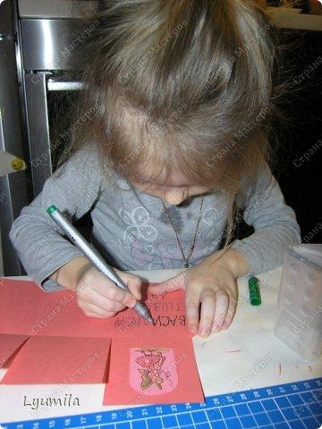 Добрый день! Мы с Лидочкой (моей дочерью 4,5 лет) продолжаем скрапить, вернее занимаемся кардмейкингом, т.е. делаем открытки. Скоро праздник и я в поисках вдохновения просматривала галереи открыток и натолкнулась вот на такие открытки. Они сделаны в технике pop-up, т.е. могут складываться и раскладываться, имеют несколько слоев. фото 39