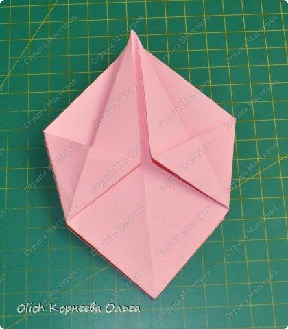 Здравствуйте. Такую упаковку в виде шкатулочек-звездочек можно сделать за пару минут. Для изготовления требуется только бумага, клея и ножниц не потребуется. Готовую работу можно украсить как подскажет фантазия. Поделка подойдет для совместного творчества с детьми. фото 12