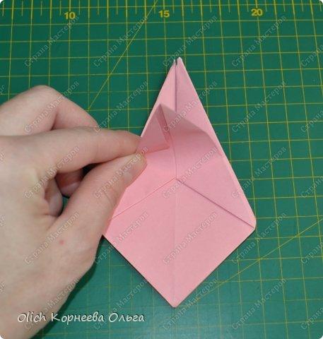 Здравствуйте. Такую упаковку в виде шкатулочек-звездочек можно сделать за пару минут. Для изготовления требуется только бумага, клея и ножниц не потребуется. Готовую работу можно украсить как подскажет фантазия. Поделка подойдет для совместного творчества с детьми. фото 16