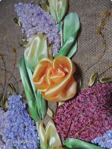 Привет всем! А вот и я с новой вышивкой лентами!!! Это сирень, тюльпаны и жёлтые розы - предвестники весны в моём доме:) Работа выполнена на мешковине - уж очень нравится мне этот материал для вышивки лентами. фото 4