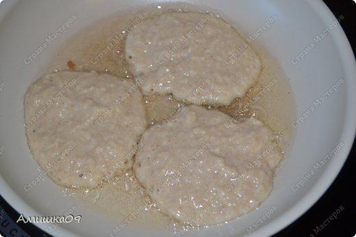 Угостила меня намедни подруга кленовым сиропом и арахисовой пастой. Мне скучно было их просто так есть, поэтому, поискав рецептик, испекла такие оладушки, очень простые и быстрые в приготовлении.    фото 5