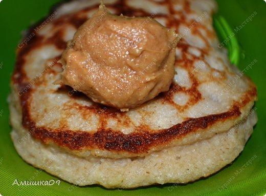 Угостила меня намедни подруга кленовым сиропом и арахисовой пастой. Мне скучно было их просто так есть, поэтому, поискав рецептик, испекла такие оладушки, очень простые и быстрые в приготовлении.    фото 8