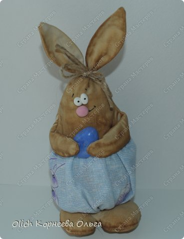 Здравствуйте. К Пасхе сшила партию смешных зайцев или кроликов, хотя их можно дарить в любой день, и на любой праздник.  Это игрушки из серии игрушек-примитивов. Шьются легко и быстро, но от этого они не менее милые! Предупреждаю нетерпеливых перед мастер-классом будет много фотографий. Люблю детали, а еще люблю вдохновить! Итак, поехали! фото 5