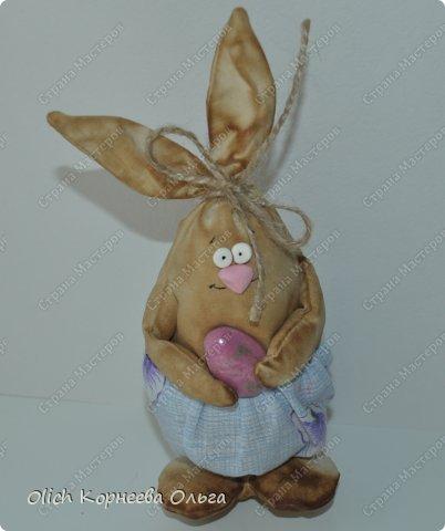 Здравствуйте. К Пасхе сшила партию смешных зайцев или кроликов, хотя их можно дарить в любой день, и на любой праздник.  Это игрушки из серии игрушек-примитивов. Шьются легко и быстро, но от этого они не менее милые! Предупреждаю нетерпеливых перед мастер-классом будет много фотографий. Люблю детали, а еще люблю вдохновить! Итак, поехали! фото 6