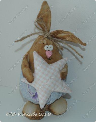 Здравствуйте. К Пасхе сшила партию смешных зайцев или кроликов, хотя их можно дарить в любой день, и на любой праздник.  Это игрушки из серии игрушек-примитивов. Шьются легко и быстро, но от этого они не менее милые! Предупреждаю нетерпеливых перед мастер-классом будет много фотографий. Люблю детали, а еще люблю вдохновить! Итак, поехали! фото 7