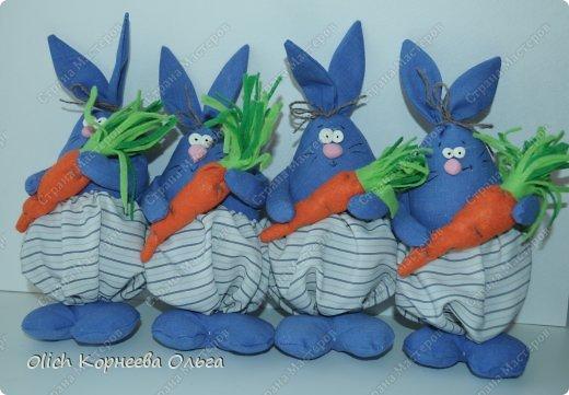Здравствуйте. К Пасхе сшила партию смешных зайцев или кроликов, хотя их можно дарить в любой день, и на любой праздник.  Это игрушки из серии игрушек-примитивов. Шьются легко и быстро, но от этого они не менее милые! Предупреждаю нетерпеливых перед мастер-классом будет много фотографий. Люблю детали, а еще люблю вдохновить! Итак, поехали! фото 8