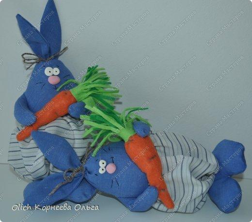 Здравствуйте. К Пасхе сшила партию смешных зайцев или кроликов, хотя их можно дарить в любой день, и на любой праздник.  Это игрушки из серии игрушек-примитивов. Шьются легко и быстро, но от этого они не менее милые! Предупреждаю нетерпеливых перед мастер-классом будет много фотографий. Люблю детали, а еще люблю вдохновить! Итак, поехали! фото 11