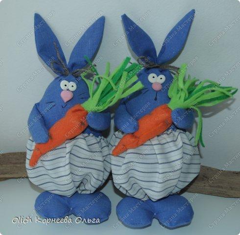 Здравствуйте. К Пасхе сшила партию смешных зайцев или кроликов, хотя их можно дарить в любой день, и на любой праздник.  Это игрушки из серии игрушек-примитивов. Шьются легко и быстро, но от этого они не менее милые! Предупреждаю нетерпеливых перед мастер-классом будет много фотографий. Люблю детали, а еще люблю вдохновить! Итак, поехали! фото 12