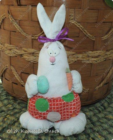 Здравствуйте. К Пасхе сшила партию смешных зайцев или кроликов, хотя их можно дарить в любой день, и на любой праздник.  Это игрушки из серии игрушек-примитивов. Шьются легко и быстро, но от этого они не менее милые! Предупреждаю нетерпеливых перед мастер-классом будет много фотографий. Люблю детали, а еще люблю вдохновить! Итак, поехали! фото 13