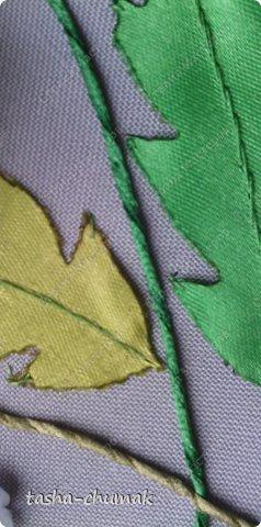 Сразу предупреждаю: фоток будет много! Соберём, подготовим для нашей работы ленточки атласные зелёные, желтые, ниточки, иголочки (я пользуюсь только с тупым кончиком и широким ушком), ножнички, зажигалочку (закреплять кончики лент), нитки х/б и мононить, булавочки. фото 16