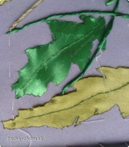 Сразу предупреждаю: фоток будет много! Соберём, подготовим для нашей работы ленточки атласные зелёные, желтые, ниточки, иголочки (я пользуюсь только с тупым кончиком и широким ушком), ножнички, зажигалочку (закреплять кончики лент), нитки х/б и мононить, булавочки. фото 19