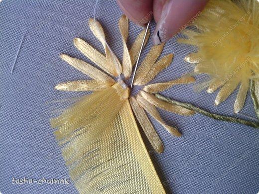 Продолжим? Ленточка желтая, шириной 0,5 см. Обрезаем под углом (так меньше растрёп)! фото 7