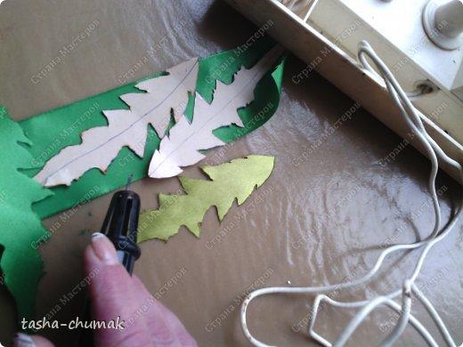 Сразу предупреждаю: фоток будет много! Соберём, подготовим для нашей работы ленточки атласные зелёные, желтые, ниточки, иголочки (я пользуюсь только с тупым кончиком и широким ушком), ножнички, зажигалочку (закреплять кончики лент), нитки х/б и мононить, булавочки. фото 7