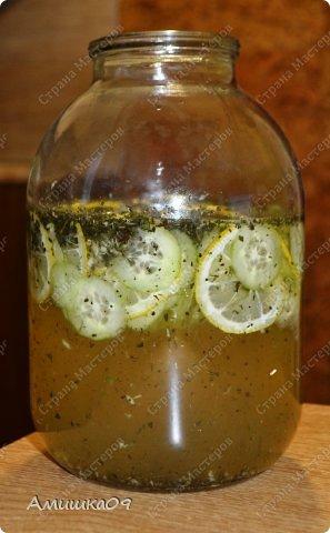 Вода Сасси – это полезный диетический витаминный коктейль. Вода Сасси (Sassy water) получила свое название по имени ее создательницы Синтии Сасс (Cynthia Sass).  Чаще всего вода Сасси входит в состав всевозможных диет, которые направлены на то, чтобы сделать живот плоским. Но также коктейль используют и в других целях: чтобы очистить и успокоить желудочно-кишечный тракт, ускорить и улучшить обменные процессы в организме, вывести из организма излишнюю жидкость.   Результат от действия напитка бывает заметен уже после первого дня применения, так что худеющие люди смогут быстро отследить на себе и понять его эффект. Для наилучшего результата рекомендуется употреблять воду Сасси в течение четырех дней подряд, именно столько времени ее пьют в начале использования системы, направленной на достижение плоского живота.   Но этот полезный коктейль можно использовать в любом другом подходящем режиме (1, 2 дня и т.д.) и вне диет. Главное придерживаться правила – выпивать весь изготовленный по рецепту напиток в течение суток после приготовления.  фото 7