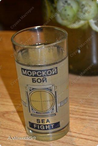 Вода Сасси – это полезный диетический витаминный коктейль. Вода Сасси (Sassy water) получила свое название по имени ее создательницы Синтии Сасс (Cynthia Sass).  Чаще всего вода Сасси входит в состав всевозможных диет, которые направлены на то, чтобы сделать живот плоским. Но также коктейль используют и в других целях: чтобы очистить и успокоить желудочно-кишечный тракт, ускорить и улучшить обменные процессы в организме, вывести из организма излишнюю жидкость.   Результат от действия напитка бывает заметен уже после первого дня применения, так что худеющие люди смогут быстро отследить на себе и понять его эффект. Для наилучшего результата рекомендуется употреблять воду Сасси в течение четырех дней подряд, именно столько времени ее пьют в начале использования системы, направленной на достижение плоского живота.   Но этот полезный коктейль можно использовать в любом другом подходящем режиме (1, 2 дня и т.д.) и вне диет. Главное придерживаться правила – выпивать весь изготовленный по рецепту напиток в течение суток после приготовления.  фото 1