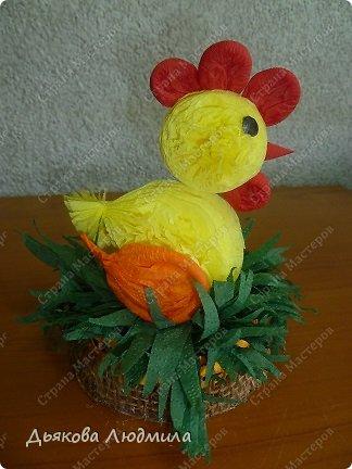 А вот и обещанный новый цыпленок в гнездышке или корзинке, сама даже не знаю куда я его посадила. Но суть в том, что он сидит. До этого я смастерила цыпленка на палочке https://stranamasterov.ru/node/753328. Цыпленка будем делать, как и прежде, но у этого цыпленка снова другой хвостик. фото 1