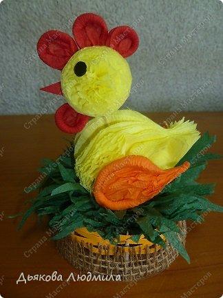 А вот и обещанный новый цыпленок в гнездышке или корзинке, сама даже не знаю куда я его посадила. Но суть в том, что он сидит. До этого я смастерила цыпленка на палочке https://stranamasterov.ru/node/753328. Цыпленка будем делать, как и прежде, но у этого цыпленка снова другой хвостик. фото 2