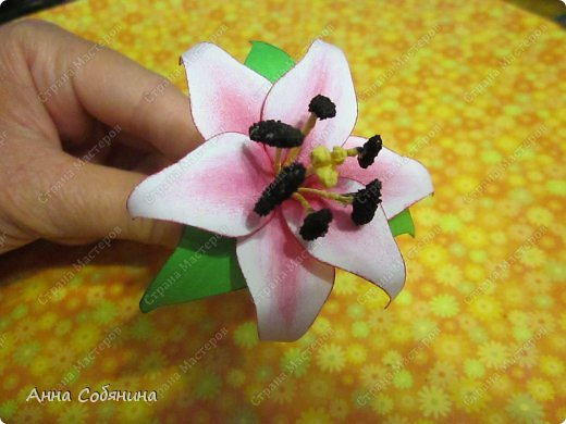 """Всем здравствуйте! Последнее время я что-то """"подсела"""" на фигурные дыроколы, сижу делаю цветочки из бумаги))). Сегодня я Вам расскажу как делаю лилии с помощью своих помощников дыроколов.  фото 12"""