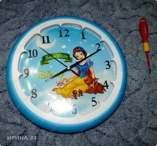 Здравствуйте! Сегодня представляю вам небольшой МК по переделке часов для начинающих. Часы у меня были с детской тематикой, т.к. доченька растет и планируется ремонт в ее комнате, решила переделать ей часы.  Салфетку выбирала дочка сама. Цвет часов тоже! Я была только исполнителем ее желаний ))) фото 2