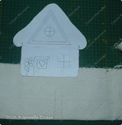 Здравствуйте. Давайте сошьем простые и яркие подставки под горячее в виде домиков. Они функциональны, станут милым украшением кухни. Подойдут для подарка к любому празднику. Шить их крайне просто: справится и ребенок. Всю работу можно выполнить вручную. фото 9