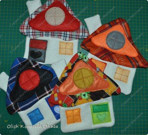Здравствуйте. Давайте сошьем простые и яркие подставки под горячее в виде домиков. Они функциональны, станут милым украшением кухни. Подойдут для подарка к любому празднику. Шить их крайне просто: справится и ребенок. Всю работу можно выполнить вручную. фото 25