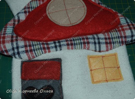 Здравствуйте. Давайте сошьем простые и яркие подставки под горячее в виде домиков. Они функциональны, станут милым украшением кухни. Подойдут для подарка к любому празднику. Шить их крайне просто: справится и ребенок. Всю работу можно выполнить вручную. фото 26
