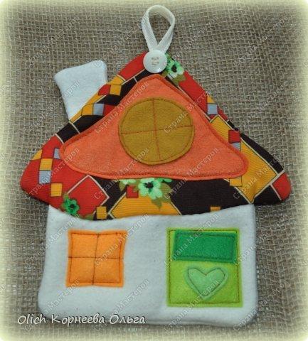 Здравствуйте. Давайте сошьем простые и яркие подставки под горячее в виде домиков. Они функциональны, станут милым украшением кухни. Подойдут для подарка к любому празднику. Шить их крайне просто: справится и ребенок. Всю работу можно выполнить вручную. фото 3