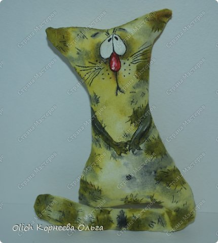Здравствуйте, уважаемые посетители моей странички! Принимайте котов! Недавно я сшила партию котов-примитивов. Все не решалась приступить к кофейному окрашиванию: хотелось чего-то новенького. Идея родилась спонтанно: разрисовать котов акриловыми красками. Мне хотелось чтобы они получились смешными. В тоже время хотелось само раскрашивание упростить, чтобы повторить смогли и дети. Кажется мне удалось: коты вышли смешнючими, радужными, а процесс окрашивания очень простой.  Предупреждаю, что перед мастер-классом будет много фотографий котов. Хочется показать их всех (партия 11 штук), ведь у каждого свой характер.  Тут еще один МК по разукрашиванию примитивов https://stranamasterov.ru/node/801680.  фото 9