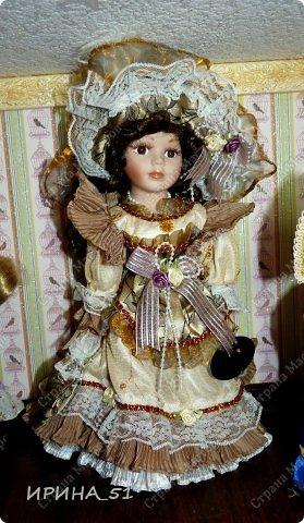Вот небольшая (пока) коллекция Настюшки.  В основном ее интересуют куколки до 30см. Но как видите сами, есть у нее и куклы побольше и одна очень большая (около 70см). Фея знала своё дело, и, летая в небесах, днем и ночью то и дело совершала чудеса. Фея кукол создавала, мастерила, колдовала, всё , чего она касалась, оживало, просыпалось. и в её руках послушно обретали куклы души. Ведь у кукол судьбы тоже с человеческими схожи. А потом свои трофеи раздавала людям фея, потому что это средство, чтобы вечно помнить детство. (автор Лариса Рубальская) фото 41
