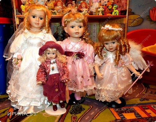 Вот небольшая (пока) коллекция Настюшки.  В основном ее интересуют куколки до 30см. Но как видите сами, есть у нее и куклы побольше и одна очень большая (около 70см). Фея знала своё дело, и, летая в небесах, днем и ночью то и дело совершала чудеса. Фея кукол создавала, мастерила, колдовала, всё , чего она касалась, оживало, просыпалось. и в её руках послушно обретали куклы души. Ведь у кукол судьбы тоже с человеческими схожи. А потом свои трофеи раздавала людям фея, потому что это средство, чтобы вечно помнить детство. (автор Лариса Рубальская) фото 42
