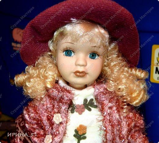 Вот небольшая (пока) коллекция Настюшки.  В основном ее интересуют куколки до 30см. Но как видите сами, есть у нее и куклы побольше и одна очень большая (около 70см). Фея знала своё дело, и, летая в небесах, днем и ночью то и дело совершала чудеса. Фея кукол создавала, мастерила, колдовала, всё , чего она касалась, оживало, просыпалось. и в её руках послушно обретали куклы души. Ведь у кукол судьбы тоже с человеческими схожи. А потом свои трофеи раздавала людям фея, потому что это средство, чтобы вечно помнить детство. (автор Лариса Рубальская) фото 43