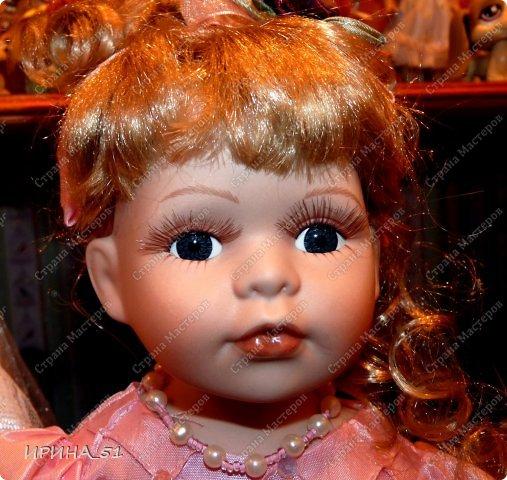 Вот небольшая (пока) коллекция Настюшки.  В основном ее интересуют куколки до 30см. Но как видите сами, есть у нее и куклы побольше и одна очень большая (около 70см). Фея знала своё дело, и, летая в небесах, днем и ночью то и дело совершала чудеса. Фея кукол создавала, мастерила, колдовала, всё , чего она касалась, оживало, просыпалось. и в её руках послушно обретали куклы души. Ведь у кукол судьбы тоже с человеческими схожи. А потом свои трофеи раздавала людям фея, потому что это средство, чтобы вечно помнить детство. (автор Лариса Рубальская) фото 44