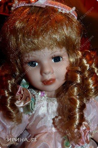 Вот небольшая (пока) коллекция Настюшки.  В основном ее интересуют куколки до 30см. Но как видите сами, есть у нее и куклы побольше и одна очень большая (около 70см). Фея знала своё дело, и, летая в небесах, днем и ночью то и дело совершала чудеса. Фея кукол создавала, мастерила, колдовала, всё , чего она касалась, оживало, просыпалось. и в её руках послушно обретали куклы души. Ведь у кукол судьбы тоже с человеческими схожи. А потом свои трофеи раздавала людям фея, потому что это средство, чтобы вечно помнить детство. (автор Лариса Рубальская) фото 45