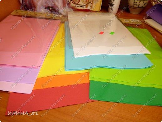 Здравствуйте! Сегодня у меня обзор материала под названием Фоамиран, фоам, фом, пластичная замша, пористая резина... (все это название одного и того же материала). Фоамиран – так называется декоративный материал, поставляемый из Ирана. Мастера, которые применяют его в своем творчестве, используют сокращенный вариант названия - фом. В состав пены, из которой и получается фоамиран, входят этилен и винилацетат. Именно это и обеспечивает наличие уникальных свойств, делающих его просто идеальным материалом для изготовления искусственных цветов. Мягкий, эластичный и практичный фом может быть использован и в детском творчестве, так как абсолютно не токсичен. В искусных руках листочек фома превращается в красивый лепесток, изгиб которого делает его похожим на настоящий. В продажу поступает фоамиран всех цветов и оттенков. Я познакомилась с этим материалом не так давно, но уже сделала для себя  некоторые выводы по качеству и производителям этого материала. Решила поделиться с Вами, думаю начинающим будет полезна эта информация. У меня сейчас 4 разных фоама. Рассмотрим все с примерами на цветах. Итак, приступим.  фото 5