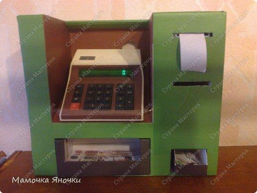 Здравствуйте, мастера! Моя доча любит банкоматы, нажимать на кнопочки, ммм... В каждом магазине не проходим мимо)) И в друг в банке меня осенило: надо моей дамочке сделать личный банкомат!!! А вот как я его соорудила. фото 11