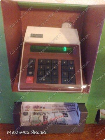 Здравствуйте, мастера! Моя доча любит банкоматы, нажимать на кнопочки, ммм... В каждом магазине не проходим мимо)) И в друг в банке меня осенило: надо моей дамочке сделать личный банкомат!!! А вот как я его соорудила. фото 12