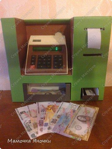 Здравствуйте, мастера! Моя доча любит банкоматы, нажимать на кнопочки, ммм... В каждом магазине не проходим мимо)) И в друг в банке меня осенило: надо моей дамочке сделать личный банкомат!!! А вот как я его соорудила. фото 1