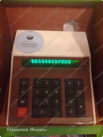 Здравствуйте, мастера! Моя доча любит банкоматы, нажимать на кнопочки, ммм... В каждом магазине не проходим мимо)) И в друг в банке меня осенило: надо моей дамочке сделать личный банкомат!!! А вот как я его соорудила. фото 15