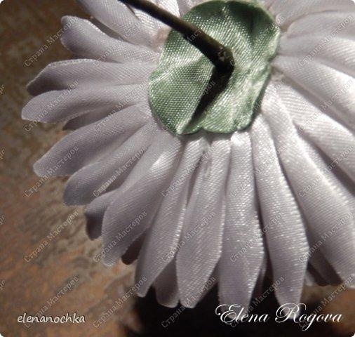 Здравствуйте,дорогие мои коллеги! Сегодня я хочу поделиться с вами тем,как я собираю хризантему из атласных лент. Буду очень рада,если кому-нибудь пригодится моя сегодняшняя публикация. фото 12