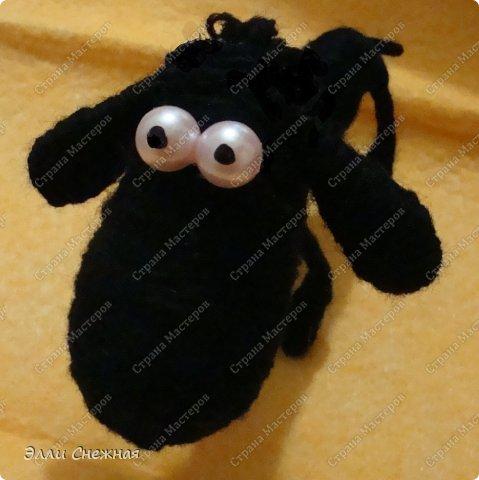На изготовление различных зверюшек-игрушек меня вдохновили чудесные работы Сергея Федосеева. Он делает крохотных забавных зверюшек из бутылочных пробок. Мои игрушки значительно больше по размеру и технология их изготовления слегка отличается. Итак сегодня я покажу как сделать такую забавную овечку. фото 15