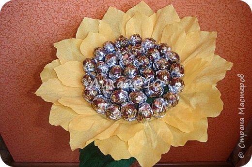 """Подсолнушек - добавочек к чемоданчику подарочному ( https://stranamasterov.ru/node/925420 ) - и цветочек, и сладкий сюрпризик. Высота - 50см, конфеты """"Фундук в шоколаде"""" - 37 шт. фото 6"""