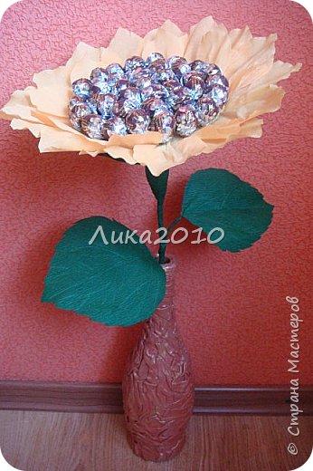 """Подсолнушек - добавочек к чемоданчику подарочному ( https://stranamasterov.ru/node/925420 ) - и цветочек, и сладкий сюрпризик. Высота - 50см, конфеты """"Фундук в шоколаде"""" - 37 шт. фото 7"""