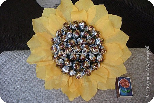 """Подсолнушек - добавочек к чемоданчику подарочному ( https://stranamasterov.ru/node/925420 ) - и цветочек, и сладкий сюрпризик. Высота - 50см, конфеты """"Фундук в шоколаде"""" - 37 шт. фото 5"""